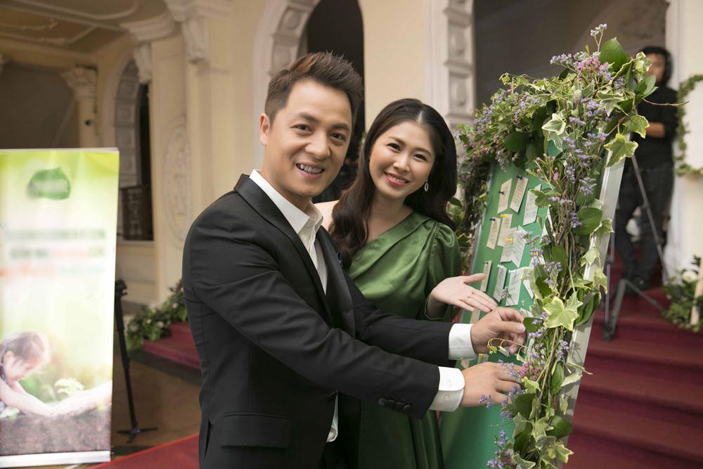Đăng Khôi và vợ hot girl tình tứ đưa nhau dự sự kiện - 1