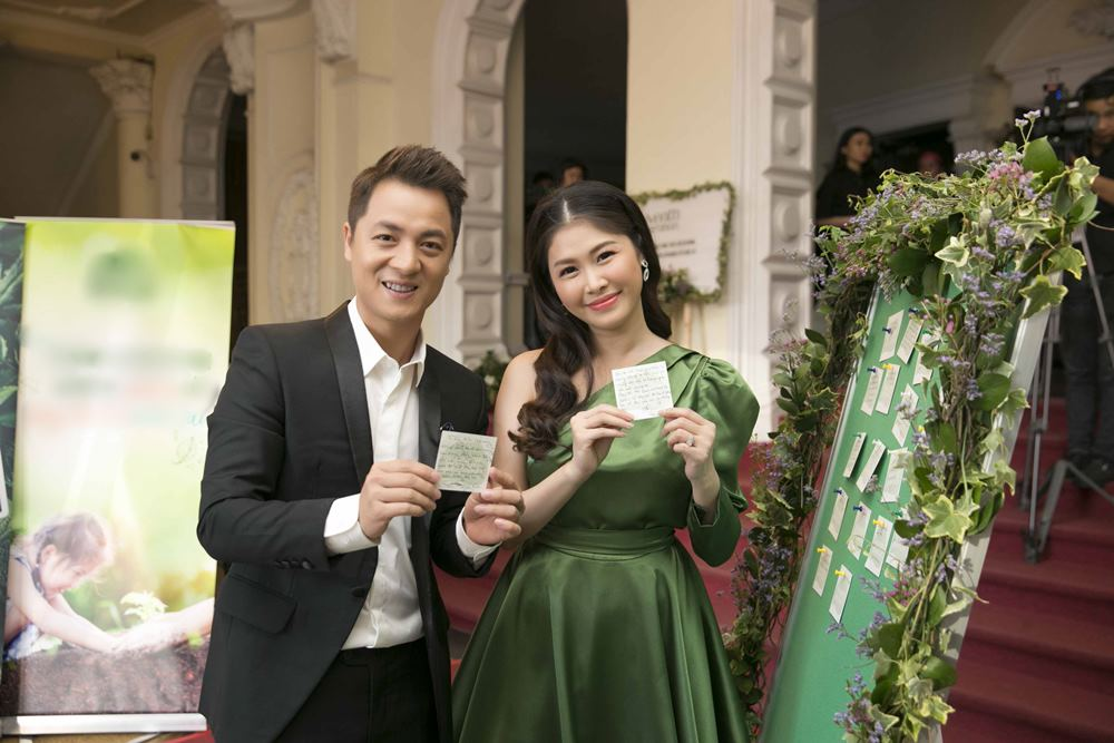 Đăng Khôi và vợ hot girl tình tứ đưa nhau dự sự kiện - 2
