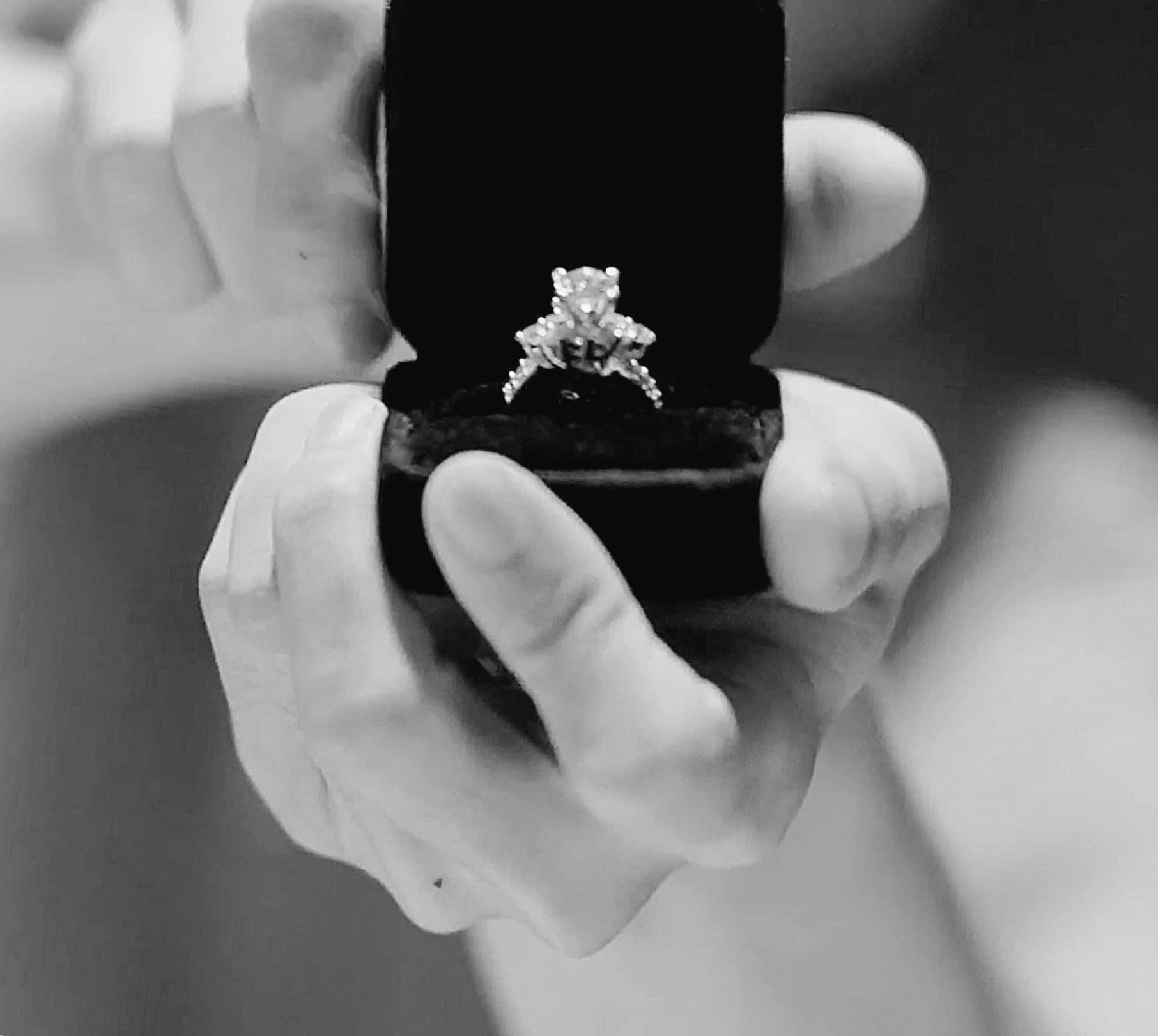 Bảo Anh bất ngờ khoe nhẫn cầu hôn kim cương, fan đồng loạt gọi tên người này - 1