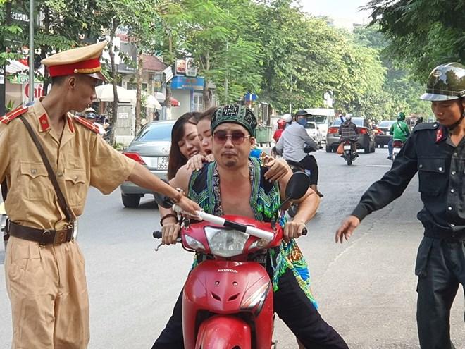 Mai Thỏ bị cảnh sát giao thông tuýt còi, cảnh sát cơ động chặn xe: Sự thật bất ngờ