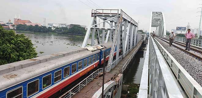 Chuyến tàu cuối cùng chạy trên cầu đường sắt gần 120 tuổi ở Sài Gòn - 9