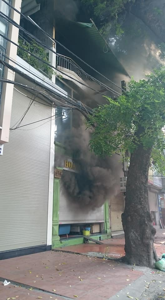 """Cháy lớn trên phố La Thành, nhiều người """"phi thân"""" qua cửa sổ - 1"""