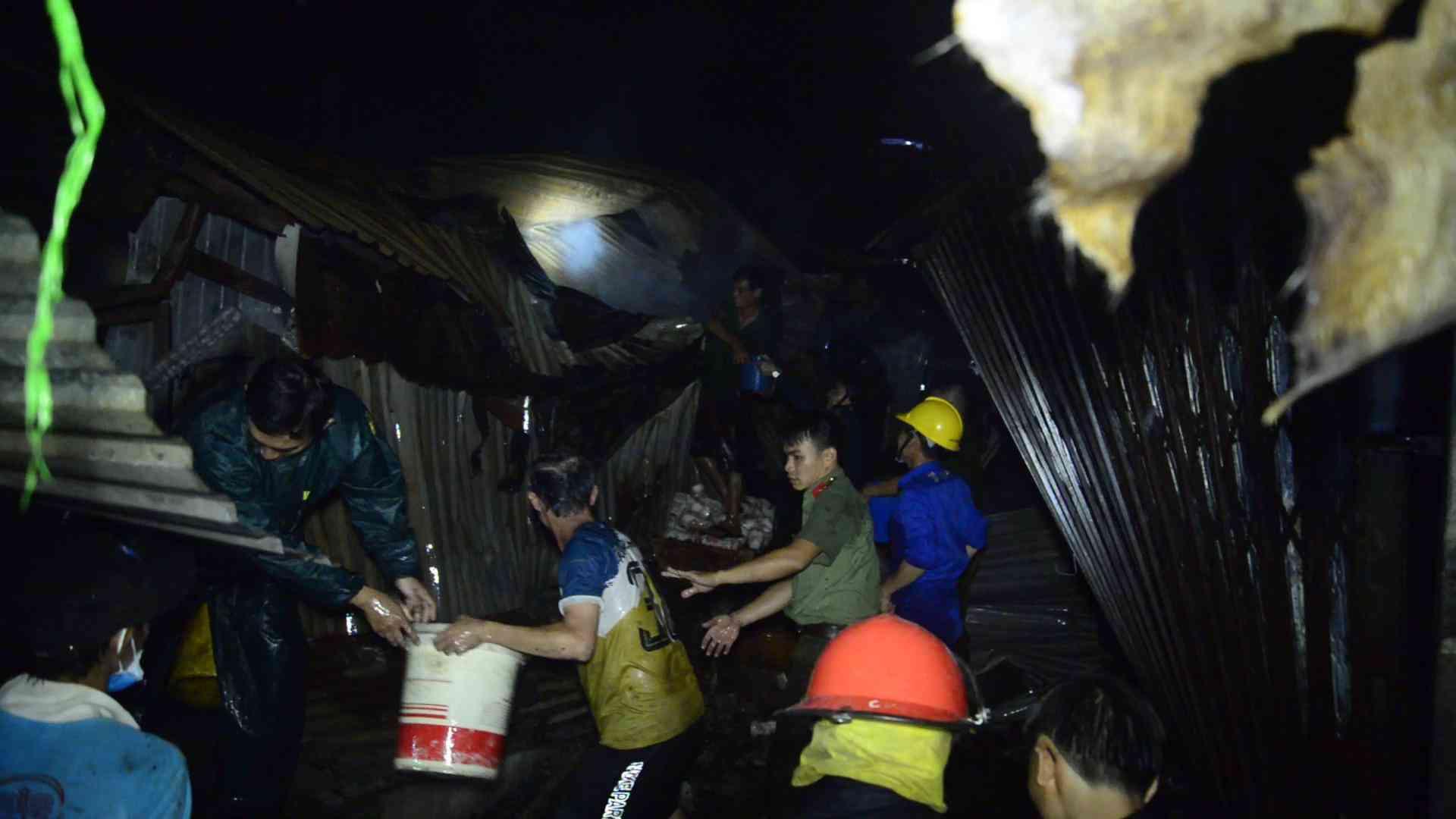 Bình Phước: Chợ thị xã cháy trong đêm, tiểu thương kêu la thất thanh - 1