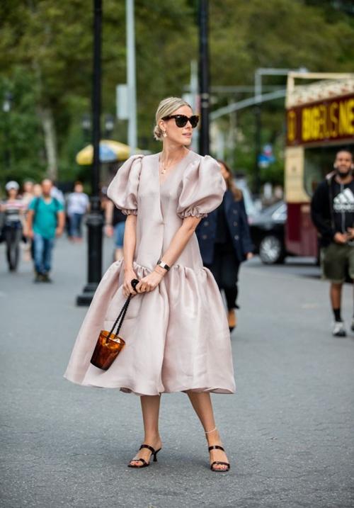 4 mẫu váy duyên dáng nhất định phải có trong mùa thu - 1