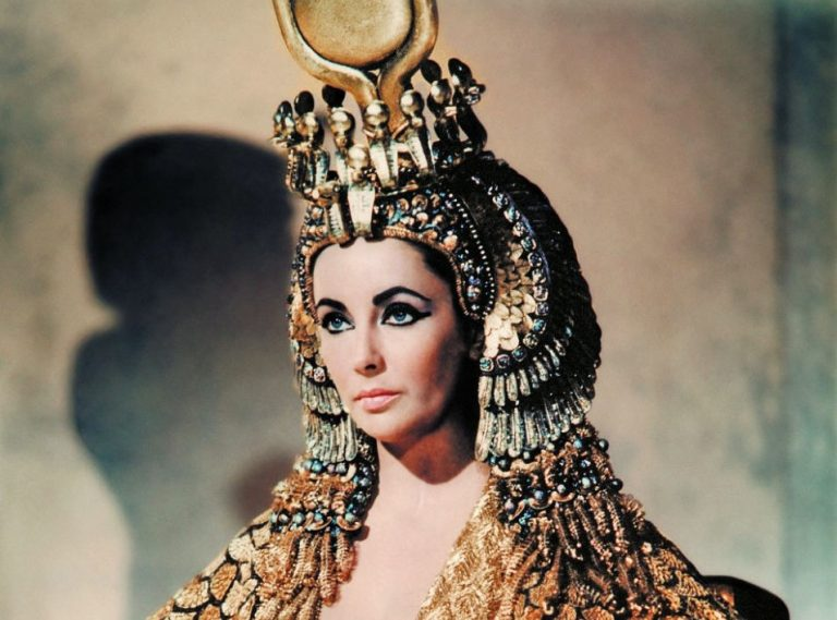 Phương pháp làm đẹp kỳ quặc của 10 bà hoàng có nhan sắc huyền thoại
