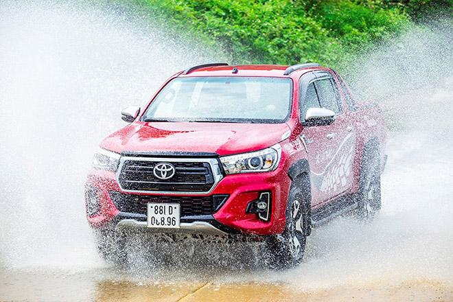 Tại sao Toyota Hilux luôn được đánh giá cao dù ít options hơn đối thủ? - 3