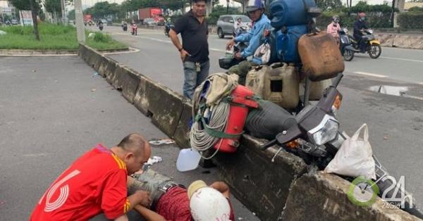 """Tông """"bẫy"""" bê tông ở cửa ngõ Sài Gòn, thanh niên ngã lăn ra đường cầu cứu - Tin tức 24h"""