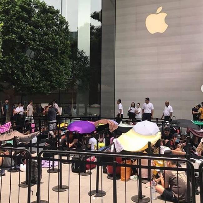 """Hàng trăm """"tín đồ"""" iPhone người Việt xếp hàng dài tại Singapore chờ iPhone 11 mở bán sáng nay - 1"""