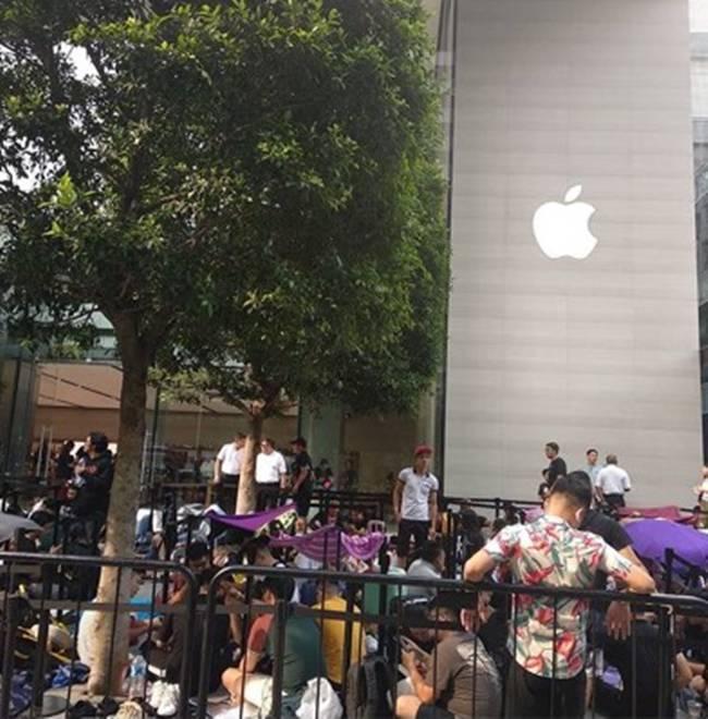"""Hàng trăm """"tín đồ"""" iPhone người Việt xếp hàng dài tại Singapore chờ iPhone 11 mở bán sáng nay - 2"""