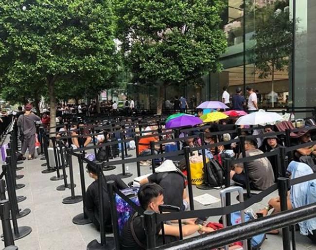 """Hàng trăm """"tín đồ"""" iPhone người Việt xếp hàng dài tại Singapore chờ iPhone 11 mở bán sáng nay - 4"""