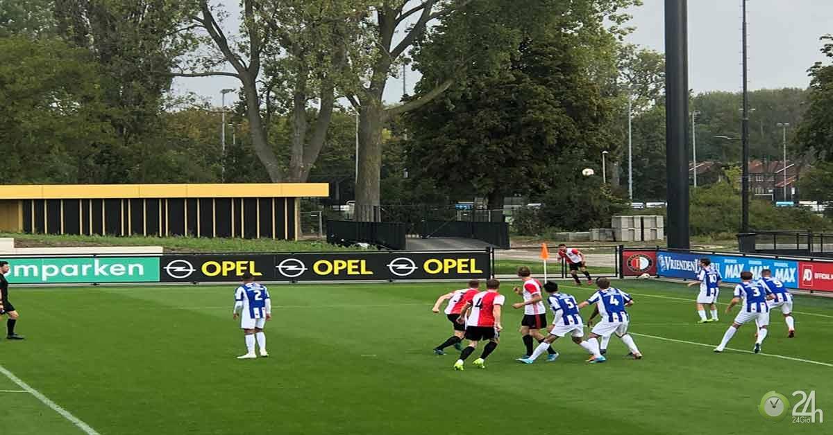 Văn Hậu lần đầu ra sân ở Heerenveen: Sát cánh cựu SAO trẻ Barca, rượt đuổi 6 bàn