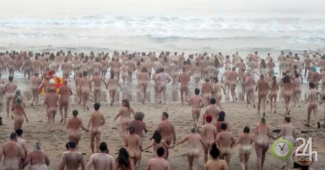 Hàng trăm người tắm khỏa thân ở biển Anh gây quỹ từ thiện