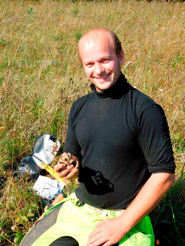 Đào được vòng bằng vàng ròng cách đây 1.700 năm ở Estonia