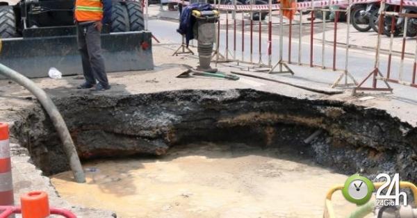 """Sau tiếng nổ, """"hố tử thần"""" xuất hiện trên phố Sài Gòn, người đi đường hốt hoảng - Tin tức 24h"""