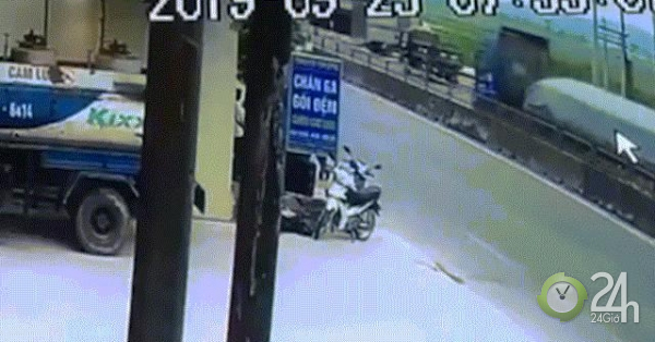 Thót tim xem clip tàu hỏa tông xe tải bẹp dúm, đứt văng 4 toa tàu ở Nghệ An - Tin tức 24h