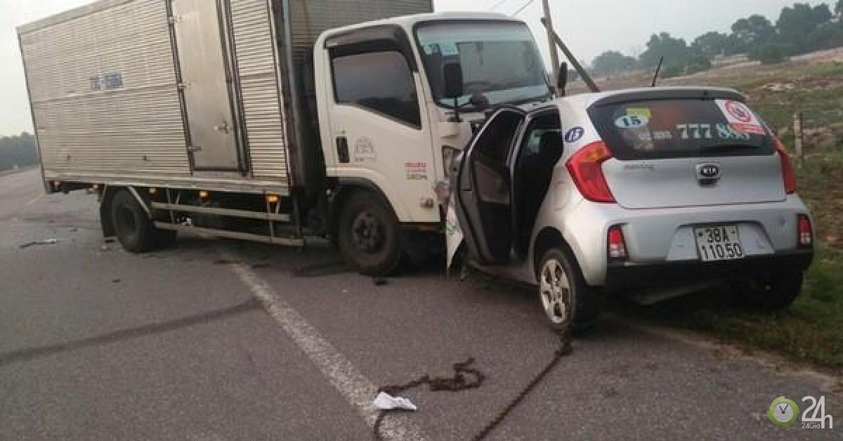 Tài xế xe taxi và hành khách tử vong sau cú tông trực diện vào xe tải - Tin tức 24h