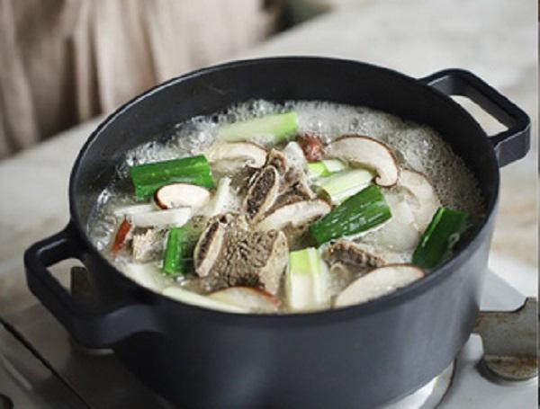 Học người Hàn nấu món canh sườn cực ngon, ăn là thích mê - 5