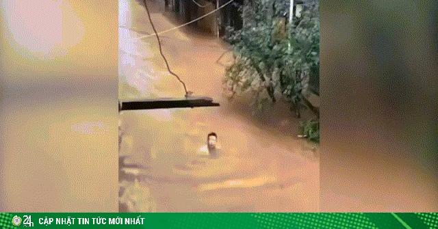 Video: Nước lũ cao gần ngập đầu người ở Phượng Hoàng...