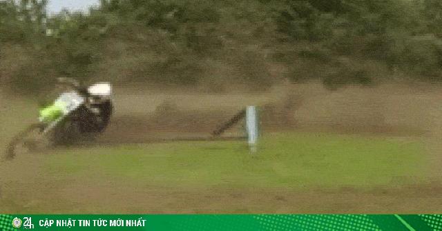 SỐC: Lái xe luyện võ cối xay khoét vòng tròn đất với tốc độ chóng mặt