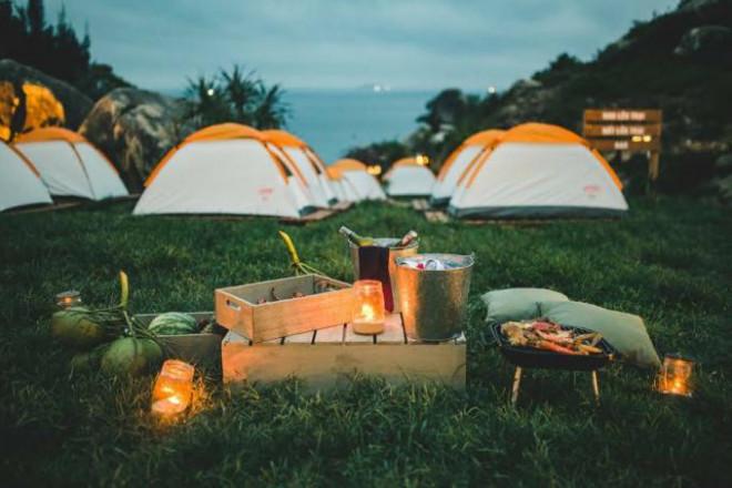 Đến Quy Nhơn cắm trại ngủ lều ngay bờ biển, ngắm bình minh đẹp nao lòng - 1