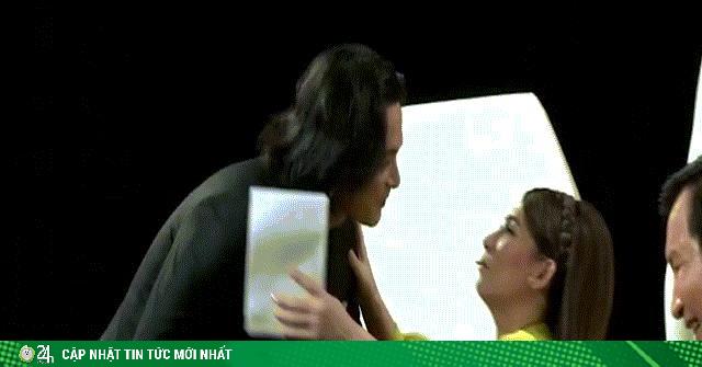 Phi Nhung gây sốc khi khóa môi Quách Ngọc Ngoan trên sóng truyền hình