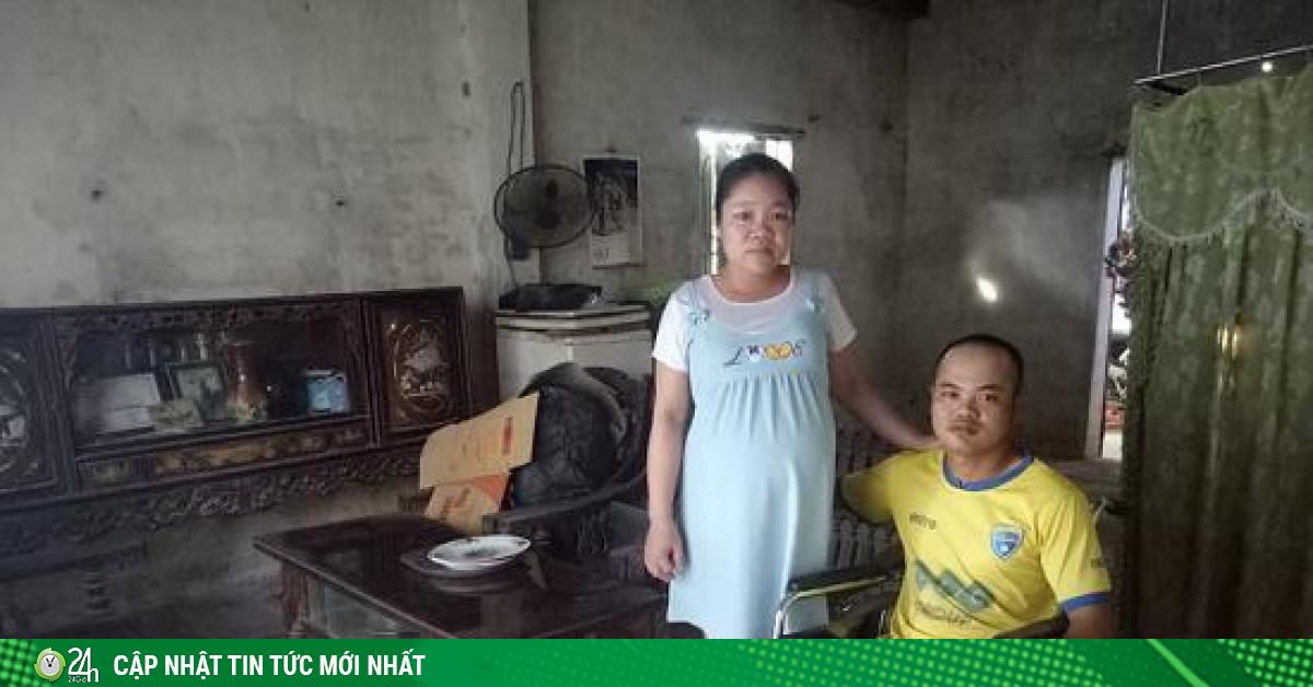 Cảm động vợ đẩy xe lăn mang hết tiền mừng cưới cùng chồng đi kiếm con