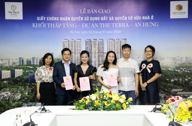CĐT trao chứng nhận quyền sử dụng đất và sổ đỏ nhà phố The Terra - An Hưng - 1
