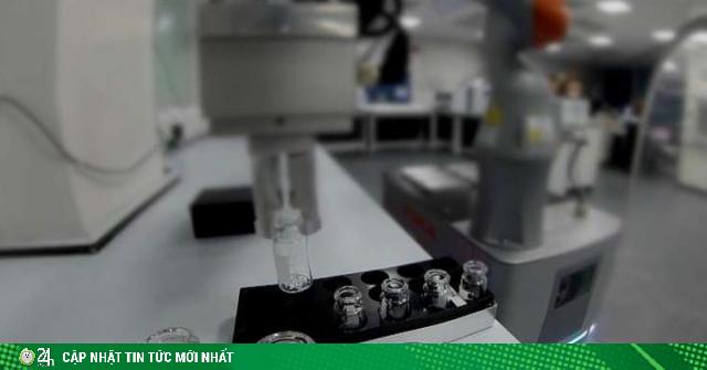 Tiến sĩ robot lần đầu tiên làm thay con người trong phòng thí nghiệm