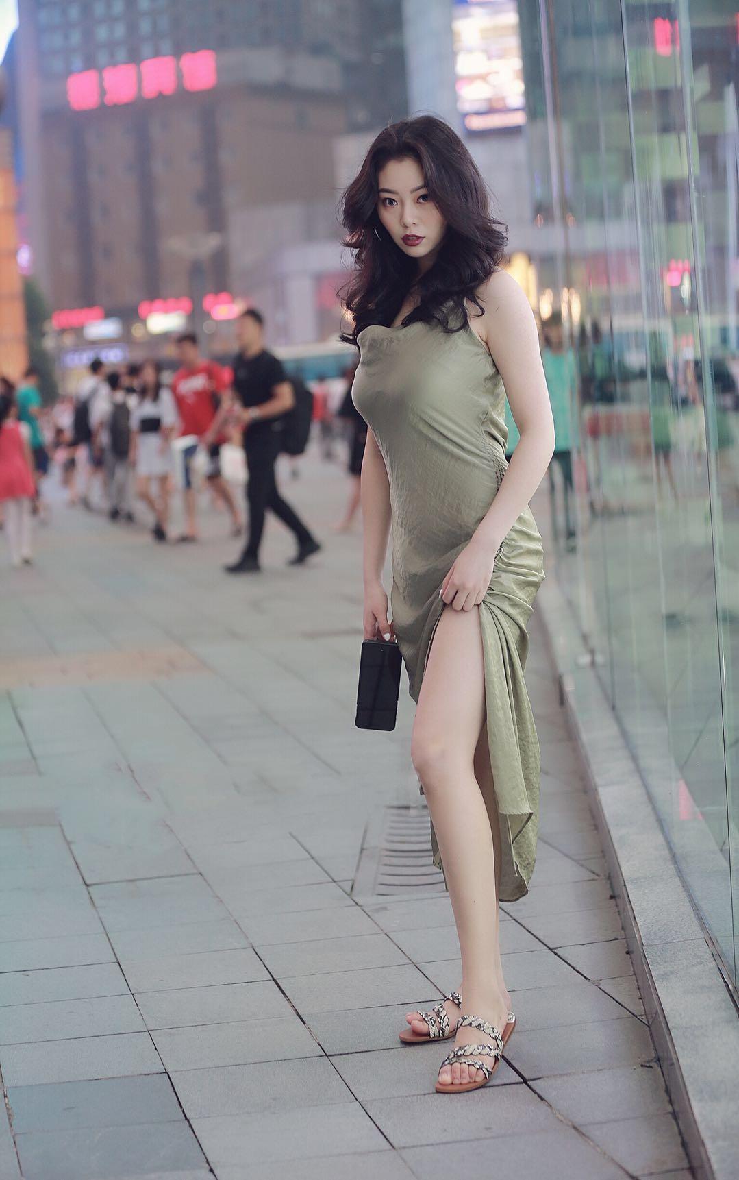 Không thảm đỏ xa hoa, nhiều cô gái diện váy xẻ đùi xuống phố vẫn ngây ngất lòng người - 5