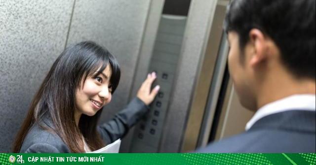 Nếu vào thang máy cùng lúc với ban lãnh đạo, bạn sẽ đứng ở đâu?