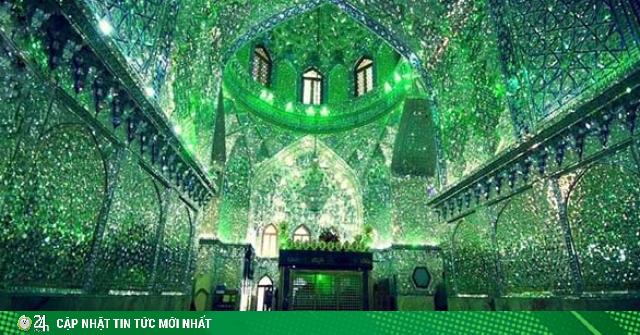 Choáng ngợp trước ánh sáng màu nhiệm của ngôi đền chứa mộ cổ bên trong