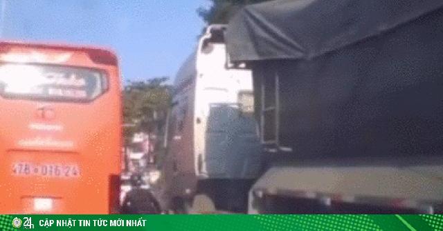Video: Thanh niên lái xe máy bon chen suýt bị hai ôtô kẹp nát
