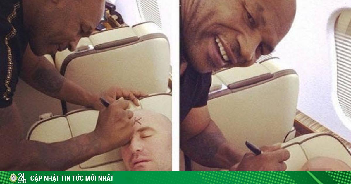 Mike Tyson quậy phá, vẽ bậy lên mặt Bố già UFC trên máy bay