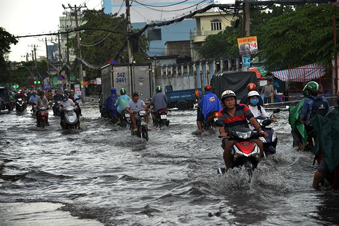 Người Sài Gòn ngã nhào trên đường ngập sau cơn mưa trút nước - 1