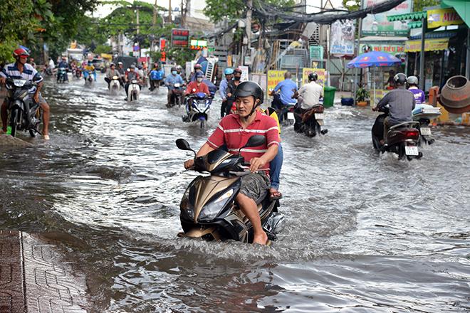 Người Sài Gòn ngã nhào trên đường ngập sau cơn mưa trút nước - 11
