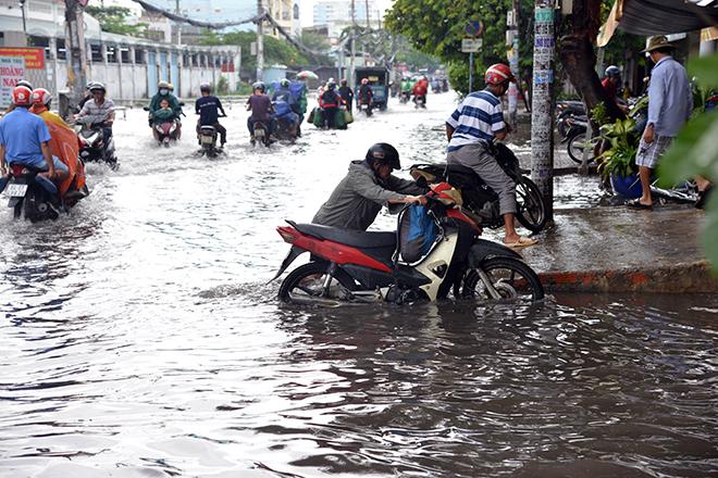 Người Sài Gòn ngã nhào trên đường ngập sau cơn mưa trút nước - 12
