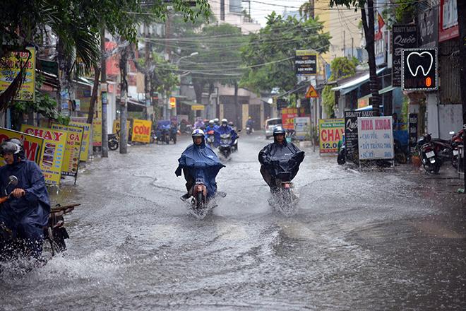 Người Sài Gòn ngã nhào trên đường ngập sau cơn mưa trút nước - 13