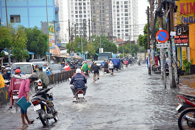 Người Sài Gòn ngã nhào trên đường ngập sau cơn mưa trút nước - 14