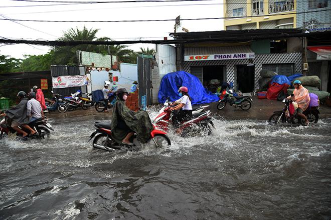 Người Sài Gòn ngã nhào trên đường ngập sau cơn mưa trút nước - 2