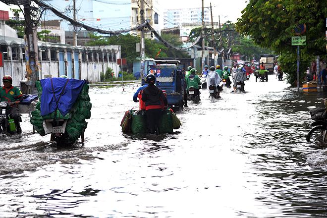 Người Sài Gòn ngã nhào trên đường ngập sau cơn mưa trút nước - 3
