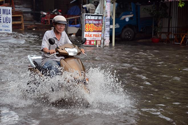 Người Sài Gòn ngã nhào trên đường ngập sau cơn mưa trút nước - 4