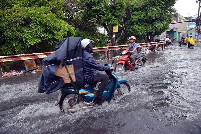 Người Sài Gòn ngã nhào trên đường ngập sau cơn mưa trút nước - 5