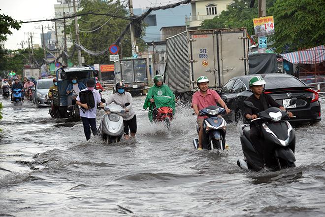 Người Sài Gòn ngã nhào trên đường ngập sau cơn mưa trút nước - 6