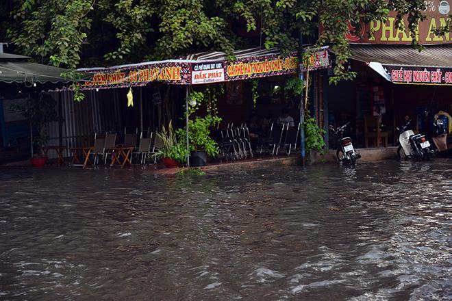 Người Sài Gòn ngã nhào trên đường ngập sau cơn mưa trút nước - 7