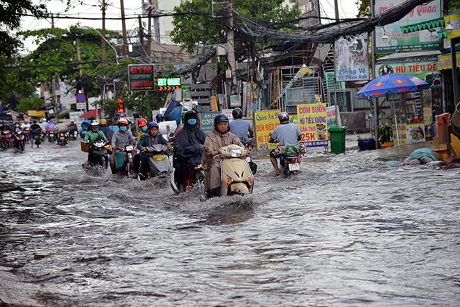 Người Sài Gòn ngã nhào trên đường ngập sau cơn mưa trút nước - 8