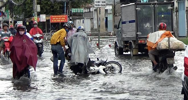Người Sài Gòn ngã nhào trên đường ngập sau cơn mưa trút nước - 10