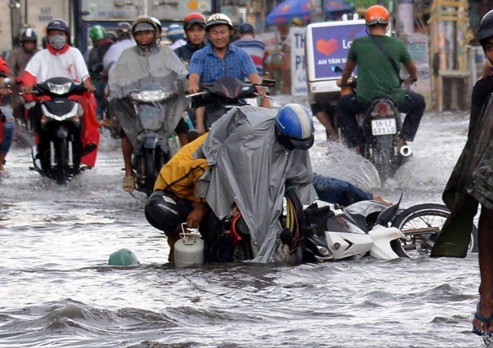 Người Sài Gòn ngã nhào trên đường ngập sau cơn mưa trút nước - 9