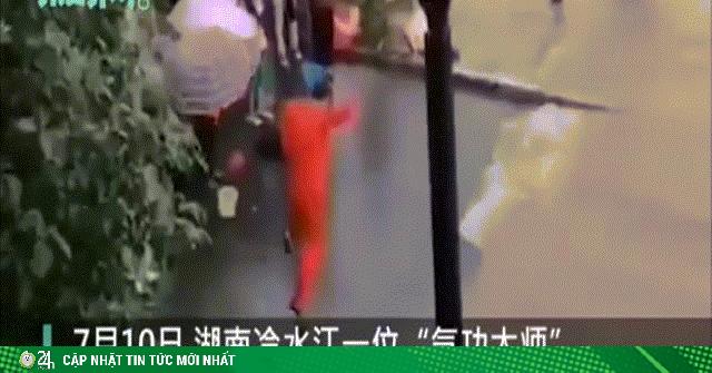 Video: Đại sư Trung Quốc múa may vận công để... ngăn dòng nước lũ dâng đến