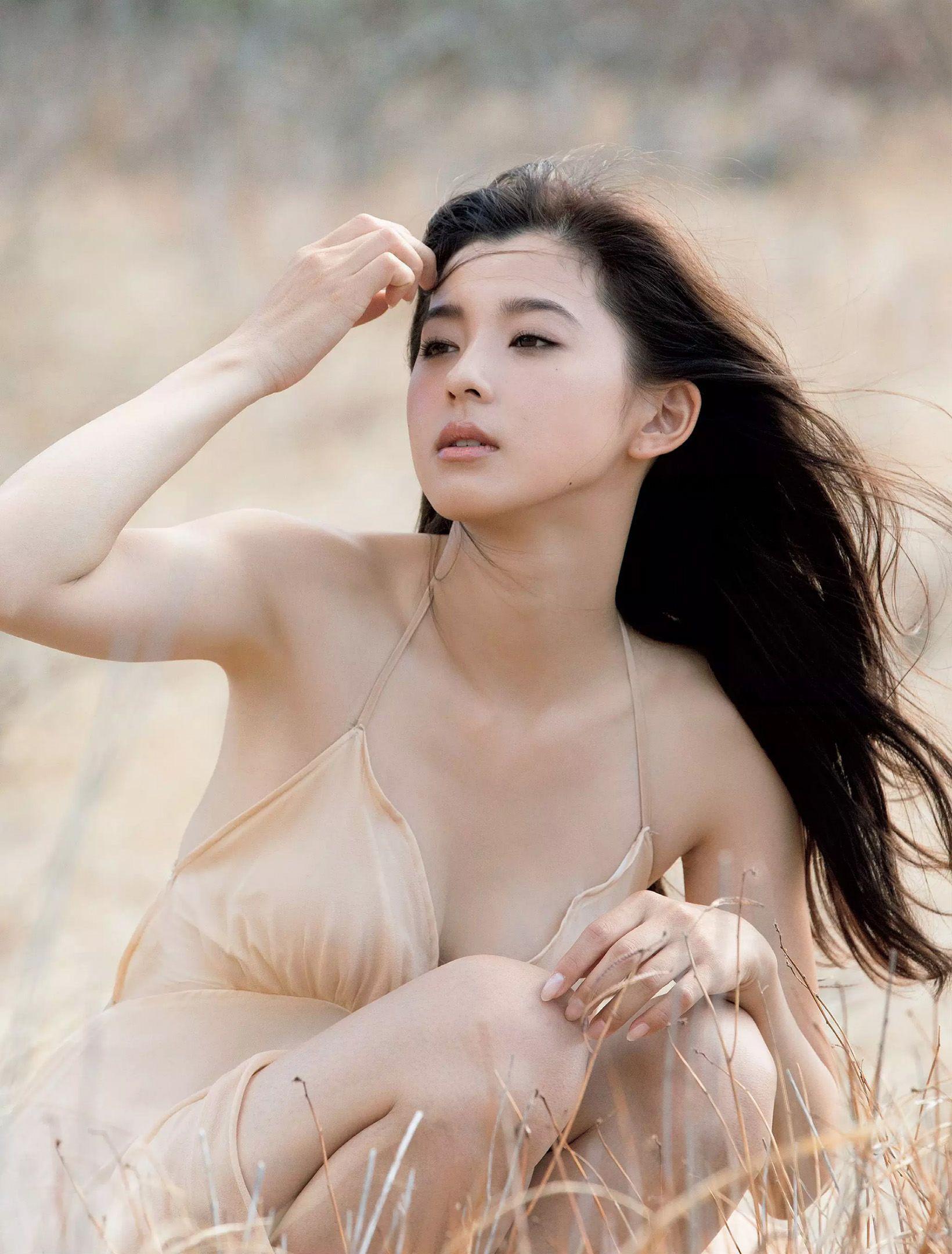 Người mẫu Nhật trắng như bông tuyết trắng