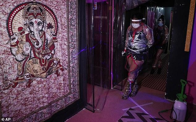 Gái mại dâm Bolivia mặc đồ bảo hộ trong suốt thời Covid-19 - 2